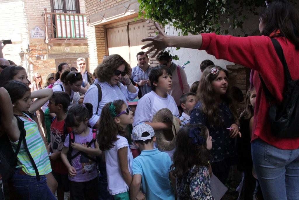 En el Pilarillo de la Cuesta de los Infantes, aprendiendo sobre la importancia del agua en el Realejo. Foto: Eva Penélope