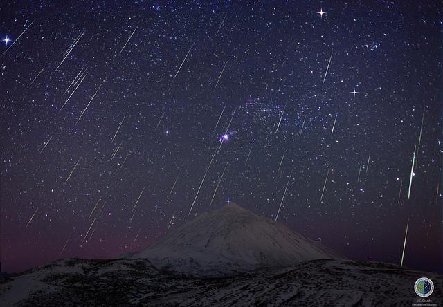 Esta imagen (17 de diciembre de 2013) de  APOD-NASA, es una composición de la lluvia de estrellas fugaces Gemínidas sobre el Teide en el 2013.  J.C. Casado tierrayestrellas.com, IAC.
