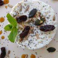 Merienda de rulo de requesón y queso fresco con frutos secos